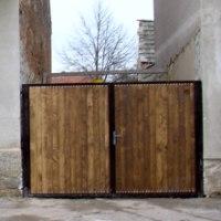 Nová vrata umožní vstup do zahrady přímo z ulice