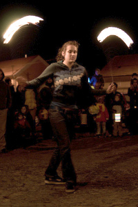 žongléři ze skupiny Michala Topinky se ohně nebojí